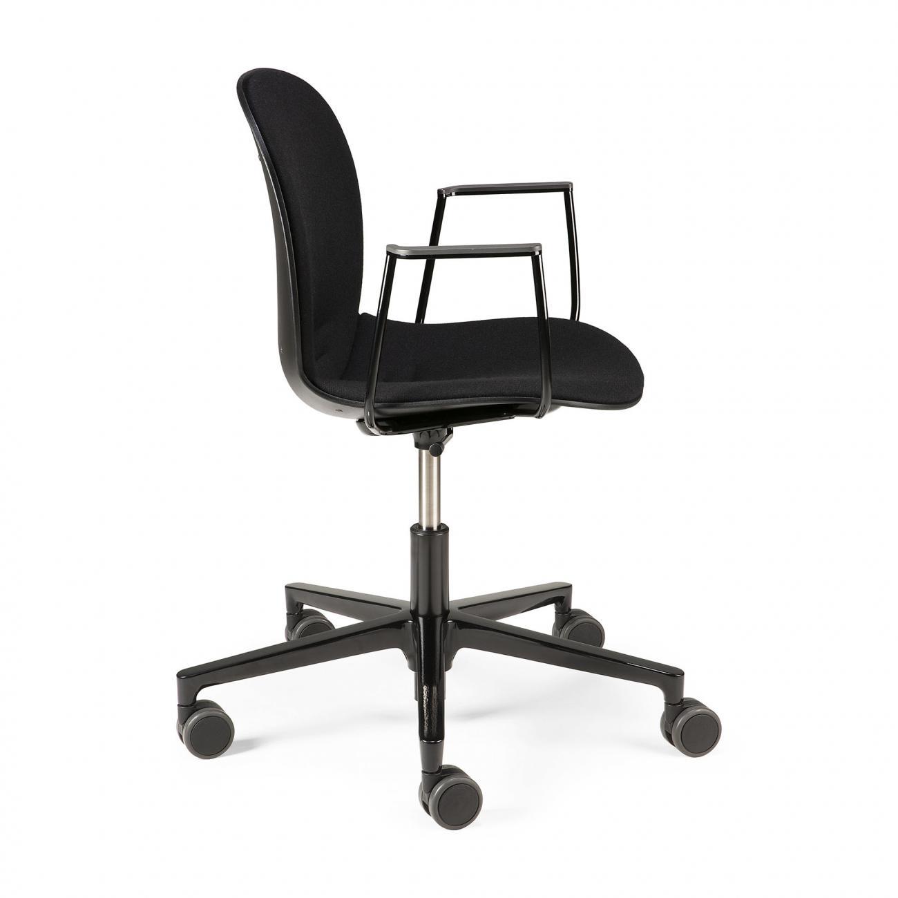https://www.fundesign.nl/media/catalog/product/2/6/26015_rbm_noor_office_chair_armrest_black_side_cut_web.jpg
