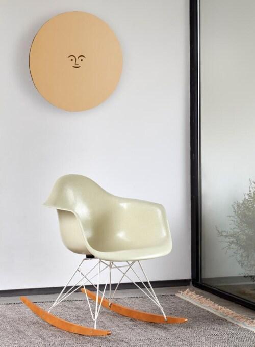 Vitra Eames RAR Fiberglass schommelstoel met wit onderstel-Raw Umber-Esdoorn goud