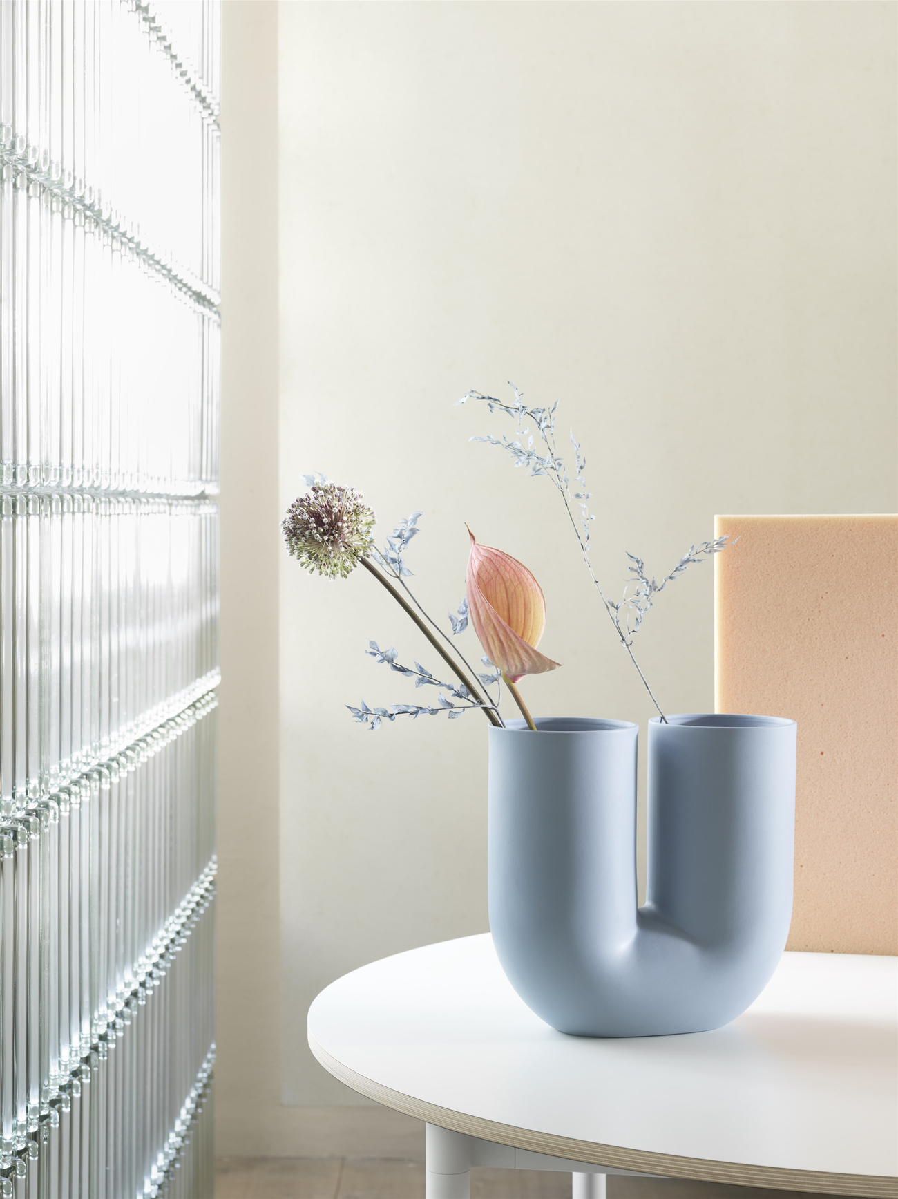 https://www.fundesign.nl/media/catalog/product/k/i/kink-vase-base-table-round-muuto-org__150_.jpg
